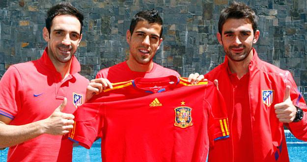 Juanfran, Domínguez y Adrián posan felices con 'La Roja' tras conocer que han sido llamados por Del Bosque.