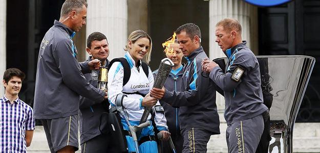 La atleta paralímpica británica Claire Lomas se prepara para encender la llama con la antorcha de los Juegos Paralímpicos de Londres 2012.