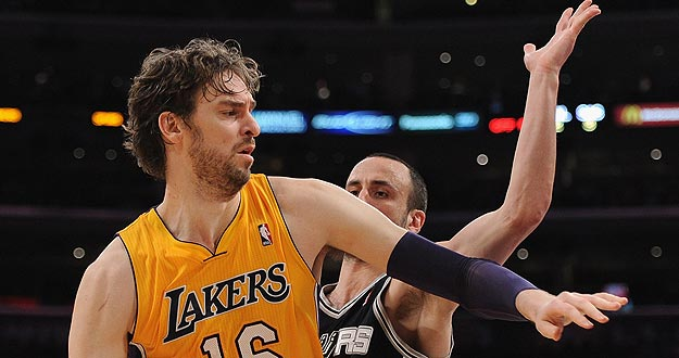 El jugador de los Angeles Lakers Pau Gasol ante Manu Ginobili, de los San Antonio Spurs.