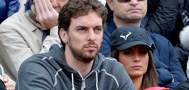 Pau Gasol, junto a su novia Silvia López, en la final de Roland Garros