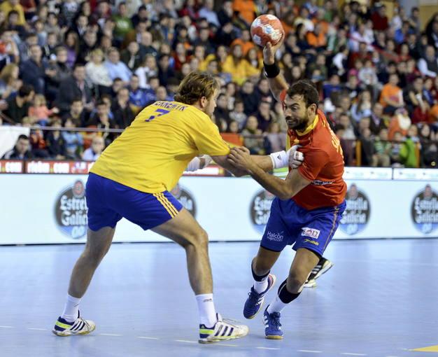 El jugador de España Daniel Sarmiento (d) intenta superar a Magnus Jermemyr.