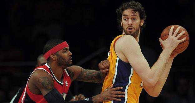 El jugador español Pau Gasol (d) de Los Angeles Lakers en acción ante Josh Smith (i) de los Atlanta Hawks.
