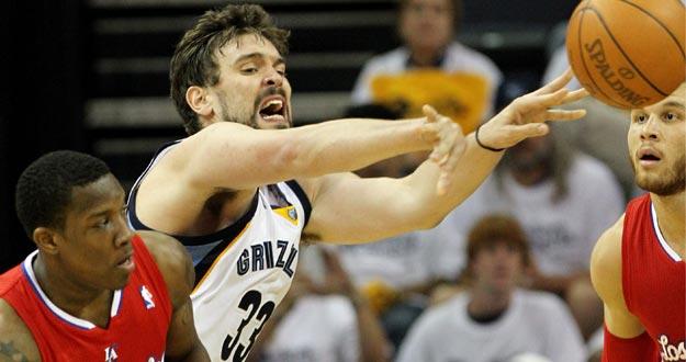 El jugador de los Grizzlies Marc Gasol (c) disputa el balón con Eric Bledsoe (i) y Blake Griffin (d) de los Clippers.