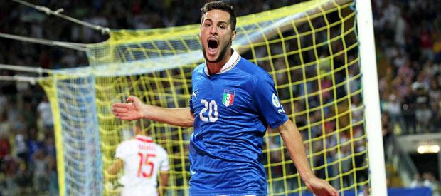 El jugador de Italia Mattias Destro (2-d) celebra su gol logrado ante Malta.