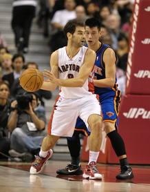 El jugador de los Knicks de Nueva York Jeremy Lin (d) defiende ante Jose Calderon (i) de los Raptors de Toronto.