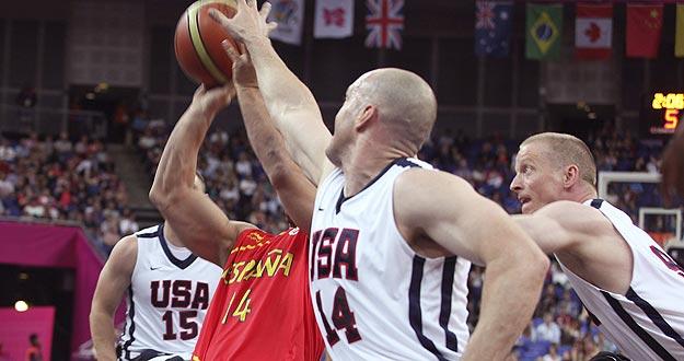 Un jugador de la selección española de baloncesto trata de lanzar a canasta ante varios defensores estadounidenses, durante el par