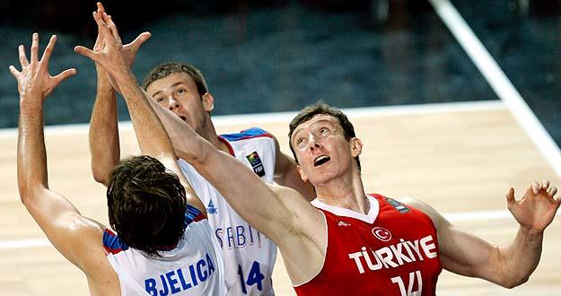 El jugador turco Omer Asik lucha por el rebote con los serbios Bjelica y Velickovic. Turquía se ha metido en la final del Mundial.