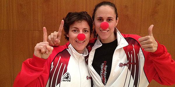 Las jugadoras del Rivas Ecópolis Eelisa Aguilar y Amaya Valdemoro con la nariz roja.