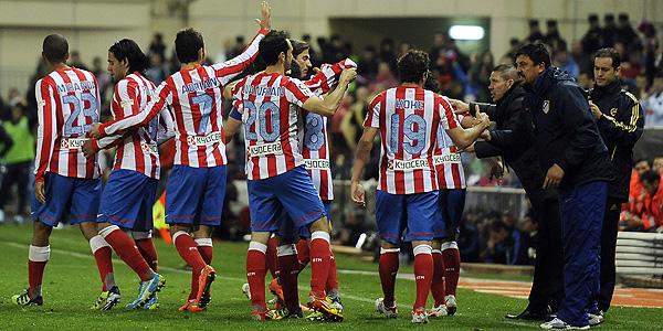 Los jugadores celebran en el banquillo el segundo gol.