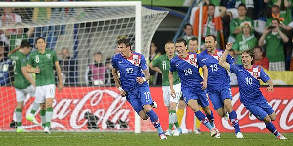 Los jugadores croatas celebran el segundo gol de Mario Mandzukic que sentenciaba el partido.