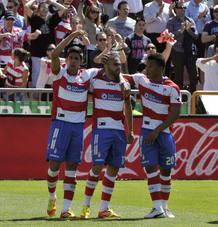 Los jugadores del Granada celebran su primer gol ante el Getafe.