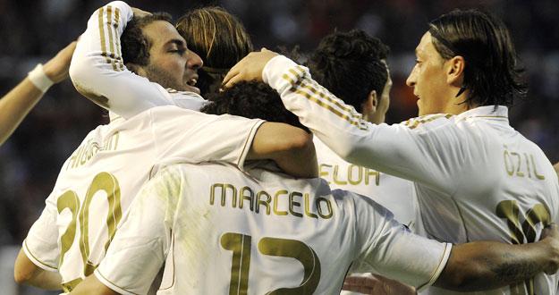 Los jugadores del Madrid celebran uno de sus goles frente a Osasuna