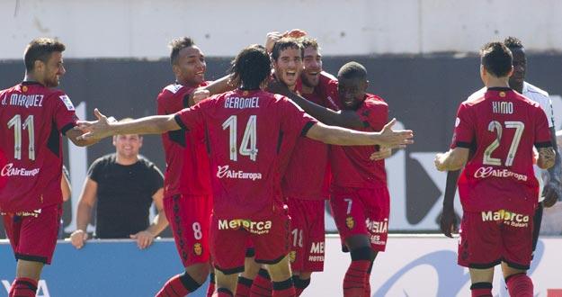 Los jugadores del Mallorca celebran uno de sus goles ante el Valencia.