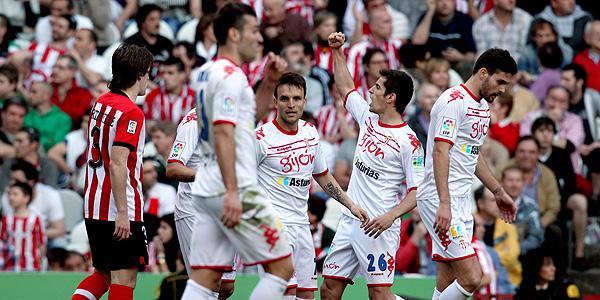 Los jugadores del Sporting de Gijón celebran el gol del empate ante el Athletic.