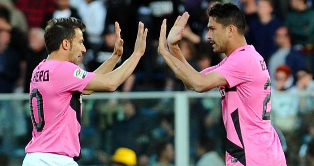 Los jugadores de la Juventus, Marco Borriello y Alessandro Del Piero, celebran el gol de su equipo.