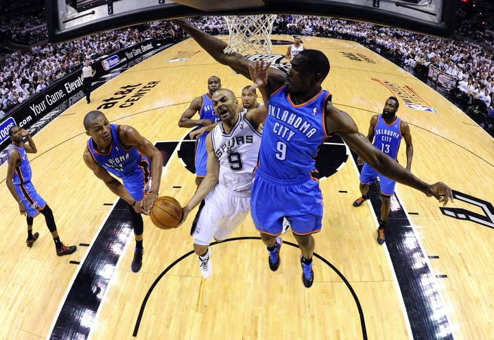 Los jugadores de Oklahoma City Thunder, Russell Westbrook (i), y Serge Ibaka (d) intentan bloquear al frances de San Antonio Spurs, Tony Parker (c).