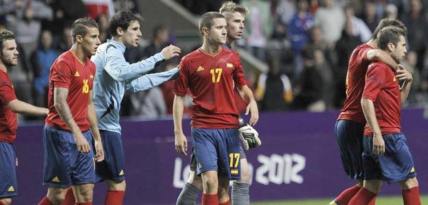 Los jugadores de la selección española tras su derrota ante Honduras durante el partido de primera fase del torneo de fútbol de los Juegos de Londres 2012