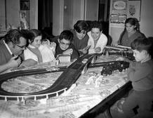 Jugando con el Scalextric en familia. 1969
