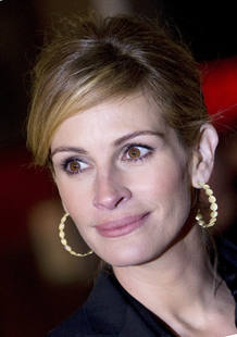 "Actress Julia Roberts arrives for the world premiere of ""Duplicity"" in London"
