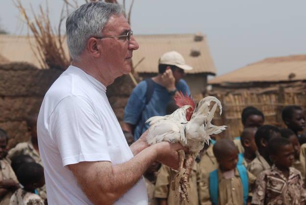 Julián del Olmo, director del programa, ofrece un regalo al rey de una tribu local en Benín.