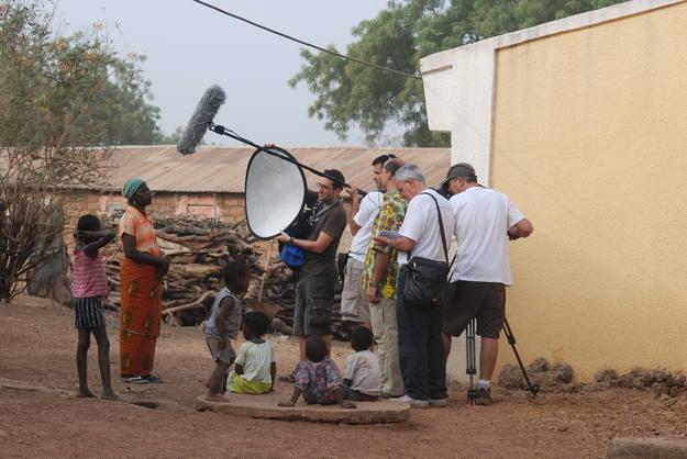 Julián del Olmo y el resto del equipo durante un rodaje en Benín, uno de los países más pequeños y olvidados del continente africano.