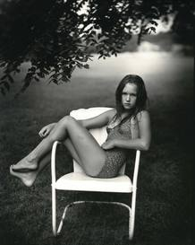 Juliet in the white chair, de Sally Mann