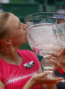 Kaia Kanepi besa el trofeo del Abierto de Estoril