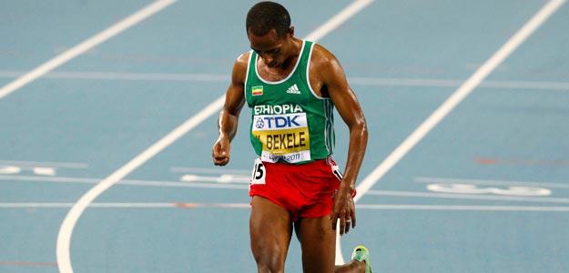 Momento en que Bekele abandona la prueba de 10.000 metros lisos en Daegu (Corea)