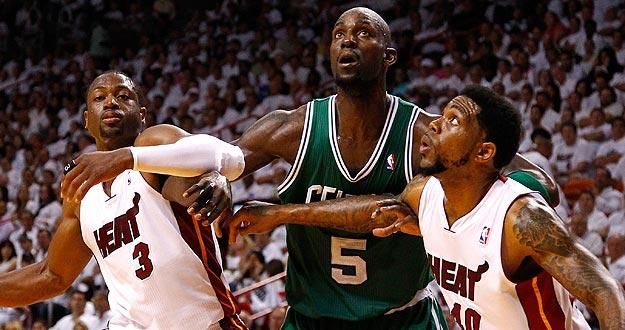 Kevin Garnett, de los Boston Celtics, lucha por el rebote ante Dwyane Wade y Udonis Haslem, de los Miami Heat.