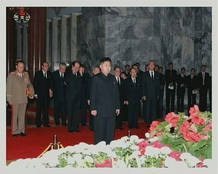 Kim Jong-un, hijo y sucesor de Kim John-il, rinde homenaje a su padre