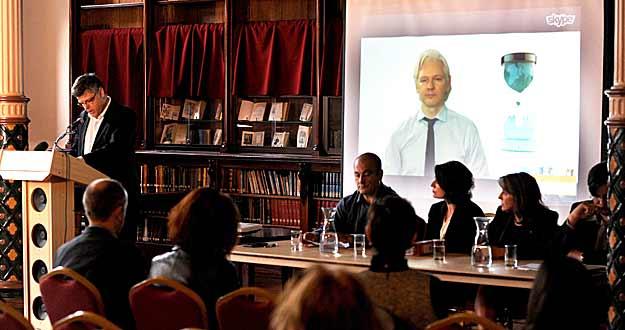 Julian Assange, candidato del Partido WikiLeaks, habla desde Londres a través de una videoconferencia durante el lanzamiento oficial de los candidatos al Senado en Melbourne (Australia).