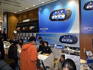 Ver vídeo  'Largas colas en Japón para comprar la nueva PS Vita'