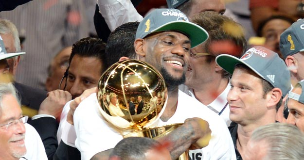 LeBron James, con el trofeo de campe&oacute;n de la NBA tras ganar con los Heat a los Thunder y ser el 'MVP' de las finales.