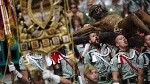Ver vídeo  'Los legionarios acompañan al Cristo de Mena en Málaga mientras Sevilla espera su madrugada'
