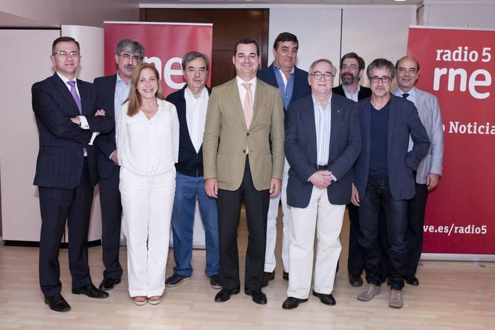 Leopoldo González-Echenique con los diferentes directores de Radio 5