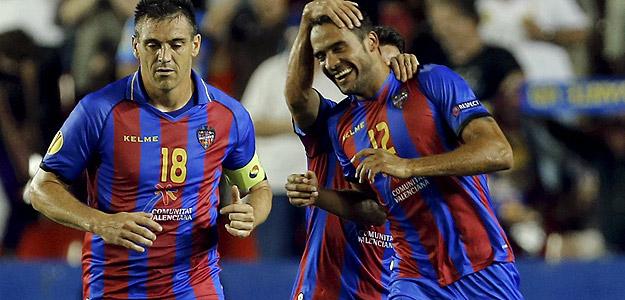 El defensa del Levante Juanfran García celebra con sus compañeros el primer gol de su equipo.