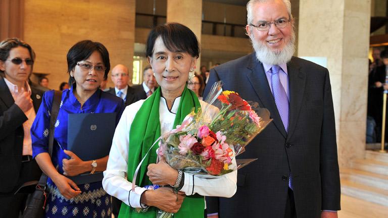 La líder opositora birmana Suu Kyi, aclamada en Ginebra en el arranque de su gira europa