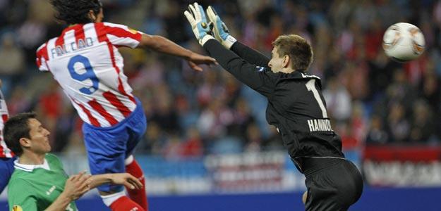 El jugador colombiano del Atlético de Madrid Radamel Falcao marca el 1-0 al Hannover 96