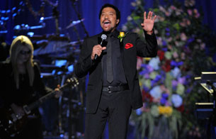 Ver v?deo  'Lionel Richie interpreta 'Jesus is love' en el Staples Center de Los Angeles'