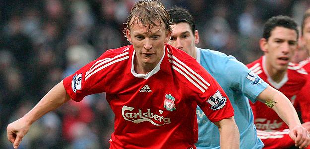 El jugador Gareth Barry, del Manchester City, lucha por el balón con Dirk Kuyt, del Liverpool.