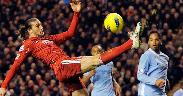 El jugador del Liverpool Andy Carroll intenta controlar la pelota ante los jugadores del City.