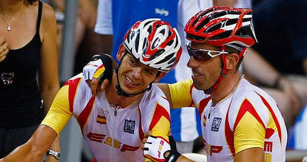 Joan Llaneras celebra la presea de oro conseguida en ciclismo en pista en los Juegos de Pekín 2008.