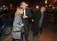 El expresidente de la Generalitat valenciana Francisco Camps a su llegada, acompañado de su mujer, al Tribunal Superior de Justicia de Valencia para escuchar la lectura del veredicto del caso de los trajes.