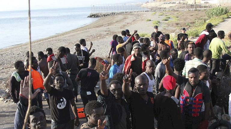 Más de 300 inmgirantes intentan entrar en Ceuta y otros tantos en Melilla