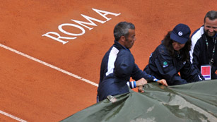 Ver v&iacute;deo  'La lluvia aplaza la final de Roma entre Nadal y Djokovic'