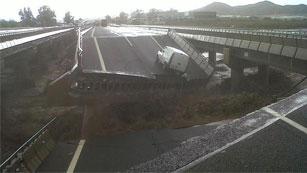 Ver vídeo  'La lluvia hunde el puente de la autovía que comunica Lorca con Puerto Lumbreras'