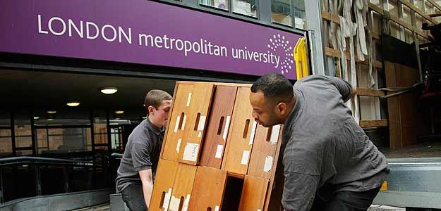 Trabajadores sacan muebles de la London Metropolitan University, de donde mas de 2000 estudiantes podrian ser expulsados