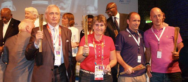 Paloma del Río sostiene el galardón concedido por la Asociación Internacional de Periodistas Deportivos.