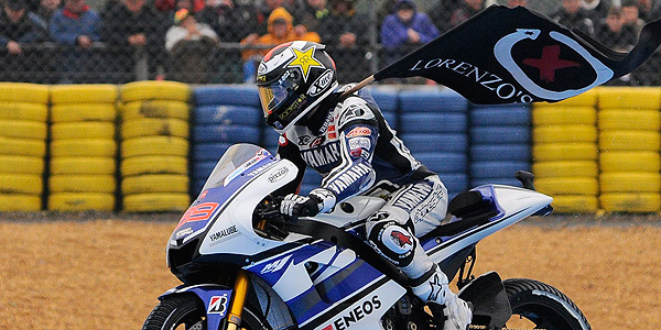 Lorenzo lució en Francia la bandera de Lorenzo's Land.