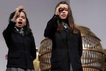 Las niñas del Colegio de San Ildefonso Janet Lara y Evelyn Calderón cantan el número 66.832, uno de los cuartos premios, dotados con 200.000 euros a la serie.